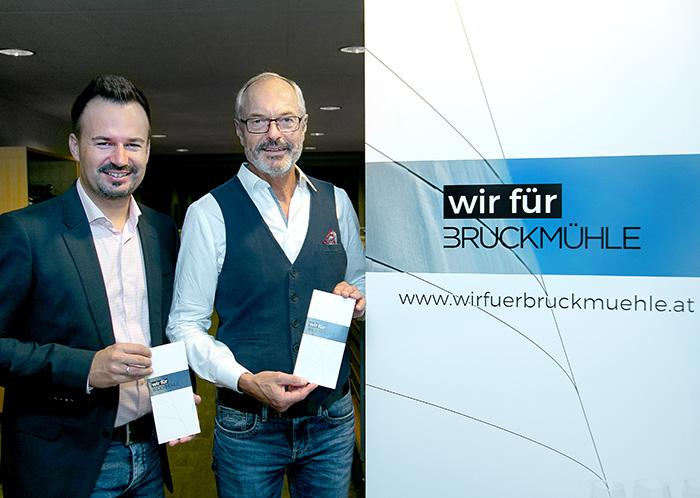 Bürgermeister Anton Scheuwimmer und Stadtrat Florian Grugl präsentieren den Folder von Wir für Bruckmühle